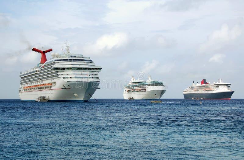Drei Kreuzschiffe am exotischen Kanal des Aufrufs stockbild