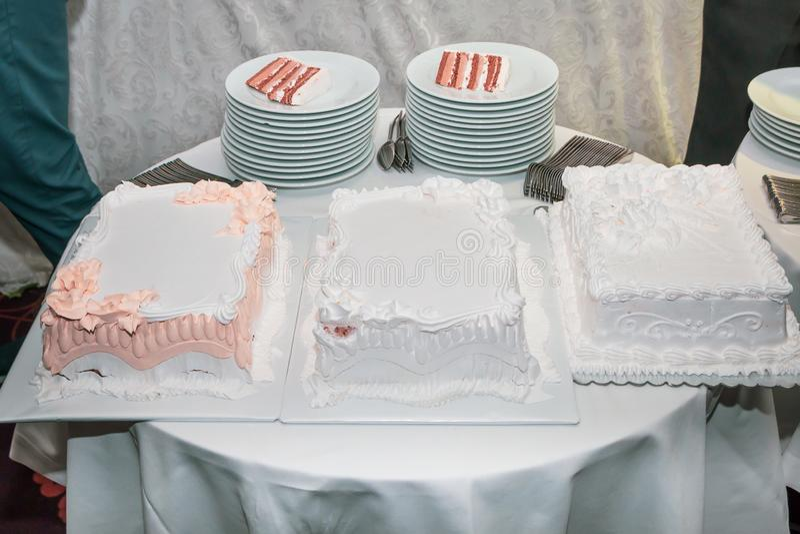 Drei Kuchen auf Nachtischtabelle stockfotografie