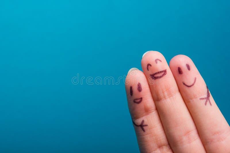 Drei lächelnde Finger, die sehr glücklich sind, Freunde zu sein lizenzfreie stockfotografie