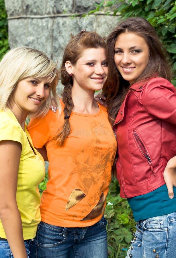 Drei lächelnde Frauen lizenzfreie stockfotografie