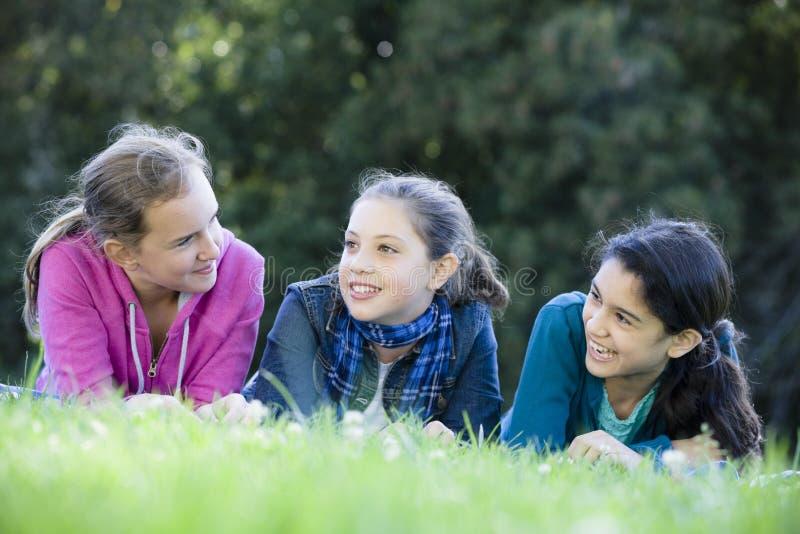 Drei lächelnde Tween-Mädchen stockfoto