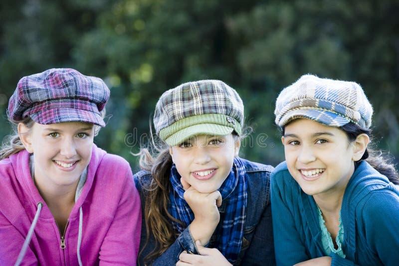 Drei lächelnde Tween-Mädchen lizenzfreie stockfotografie