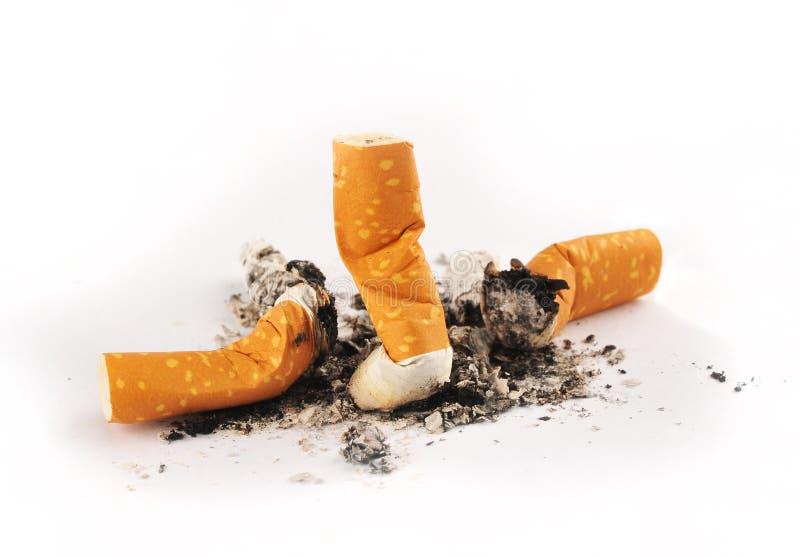Drei löschten Zigaretten mit Asche lizenzfreie stockfotografie