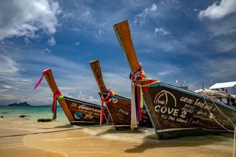 Drei lange Schwanzboote in Andaman Sea, Thailand - tropisches Paradies lizenzfreies stockfoto