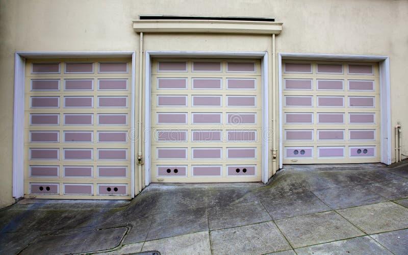 Drei lavendar Garagetüren stockbild