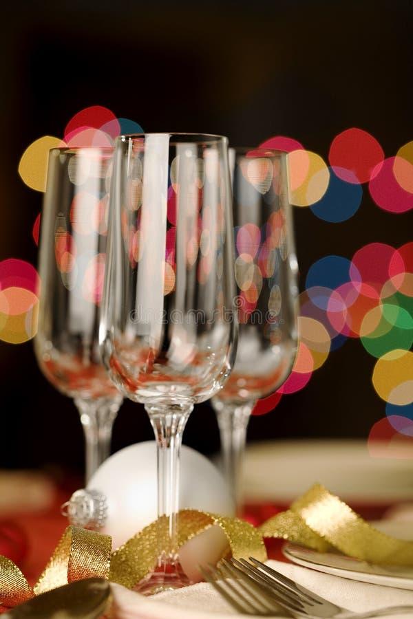 Drei leere Weingläser mit Weihnachtsthema lizenzfreie stockbilder