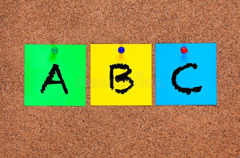 Drei leerhaftnotizanmerkungen über Korken verschalen mit Buchstaben ABC lizenzfreies stockfoto
