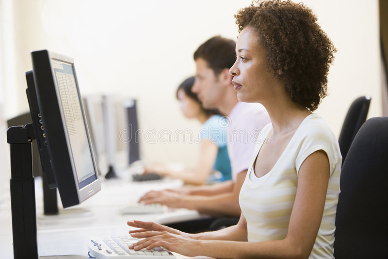 Drei Leute beim Computerraumschreiben
