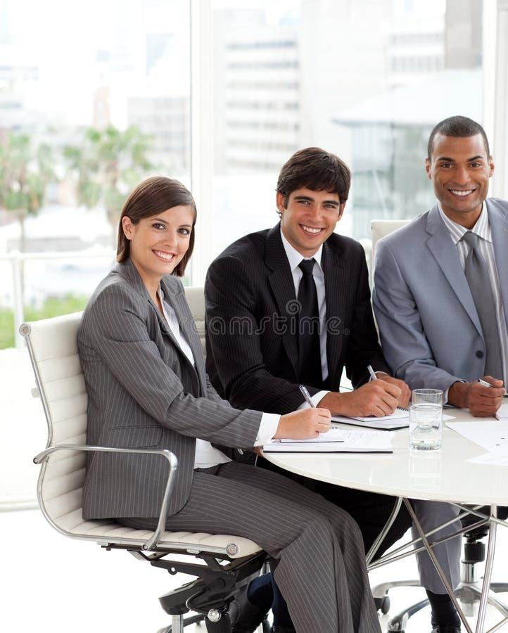 Drei Leute in einem Austeilen stockbild