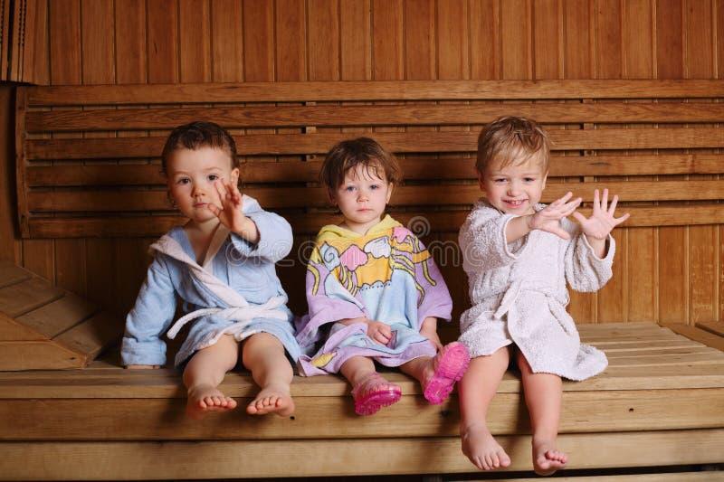 drei lustige kinder  der sauna stockfoto bild von