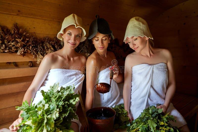 Drei Mädchen, die in der Sauna sich entspannen lizenzfreie stockfotografie