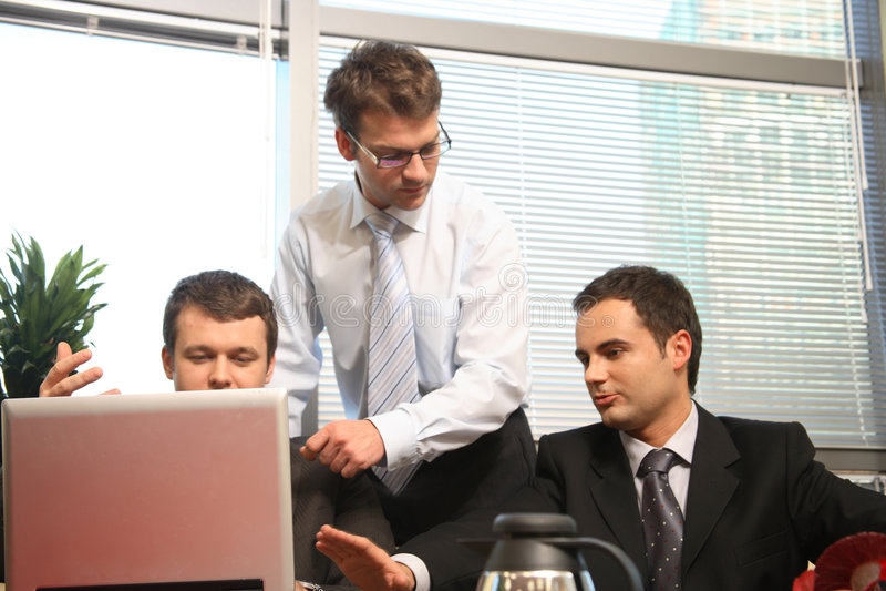Drei Männer im Geschäftstreffen lizenzfreie stockfotografie
