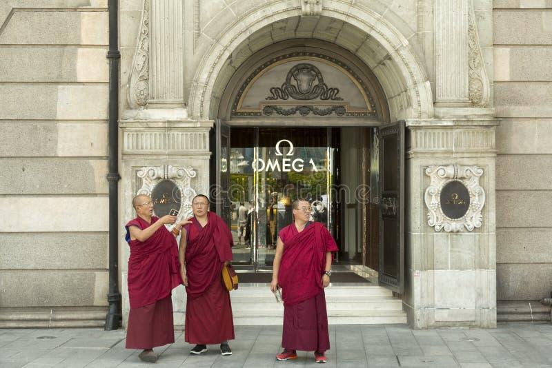 Drei Mönche an der Promenade in Shanghai stockfoto