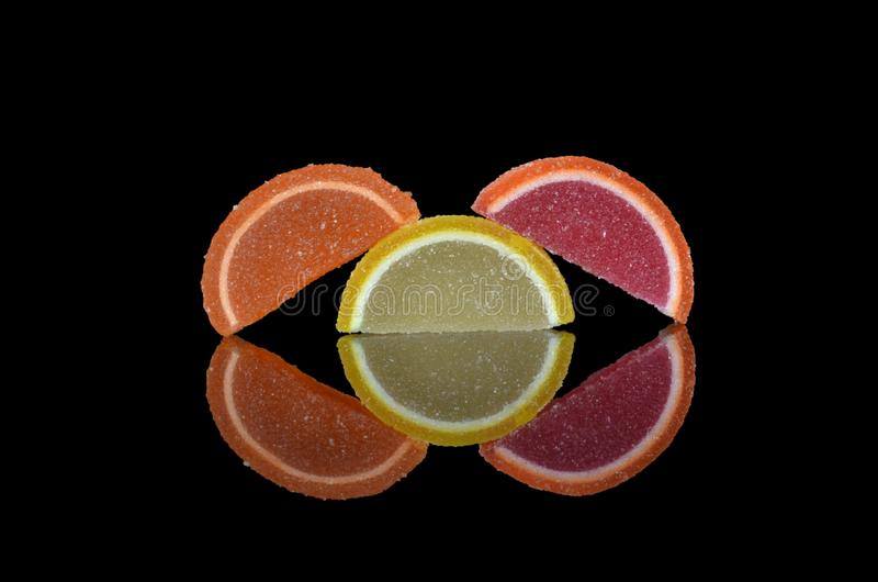 Drei mehrfarbige Scheiben der Marmelade stockbilder