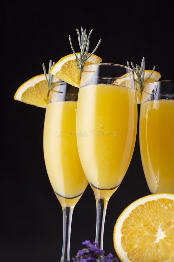 Drei Mimosencocktails in den Champagnergläsern lizenzfreie stockbilder