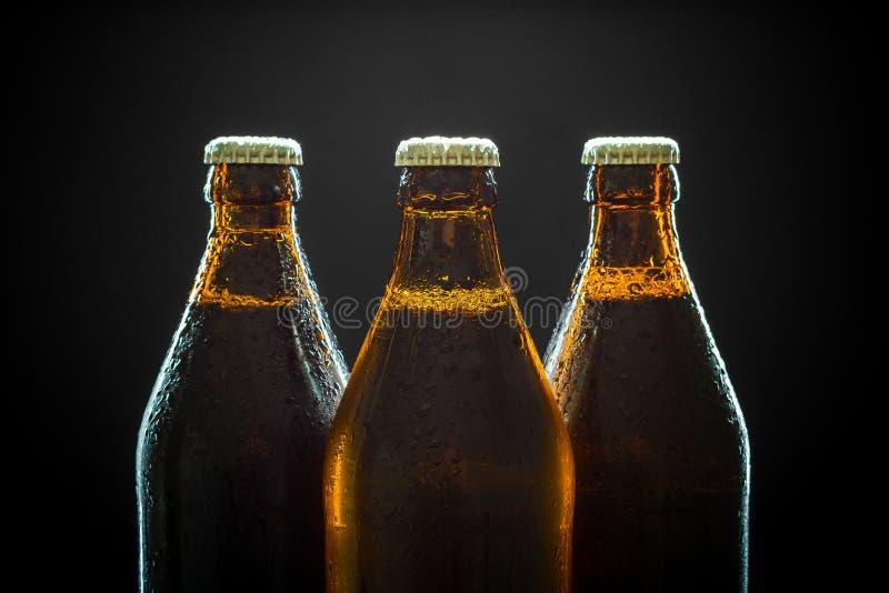Drei misted Flaschen Bier auf Schwarzem, stockfotografie