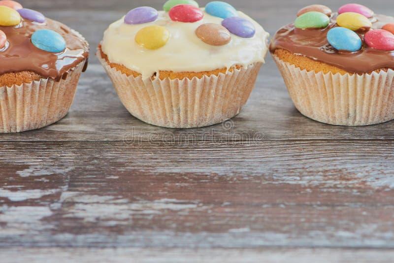 Drei Muffins in Folge mit Kopienraum lizenzfreies stockfoto
