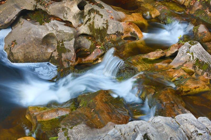 Drei Niveaus von Wasserfällen in der oberen Region von Kent Falls lizenzfreie stockbilder