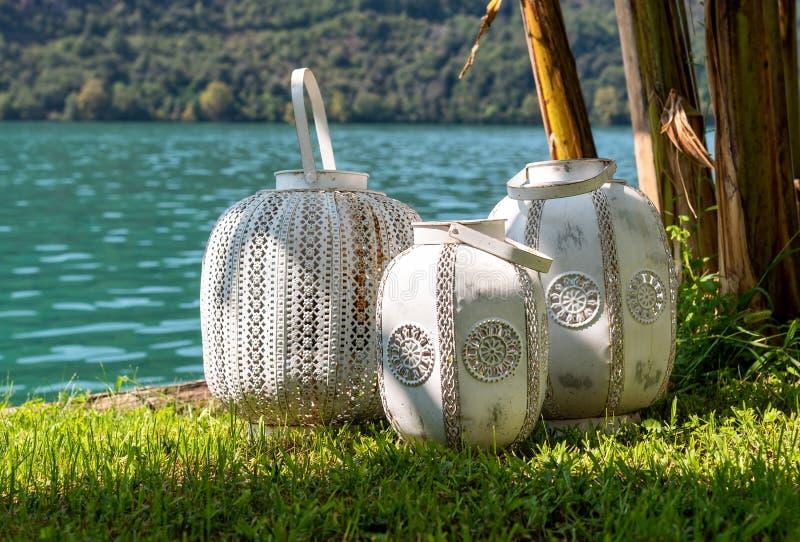 Drei orientalisch-weiße rustikale Laternen lizenzfreie stockfotografie
