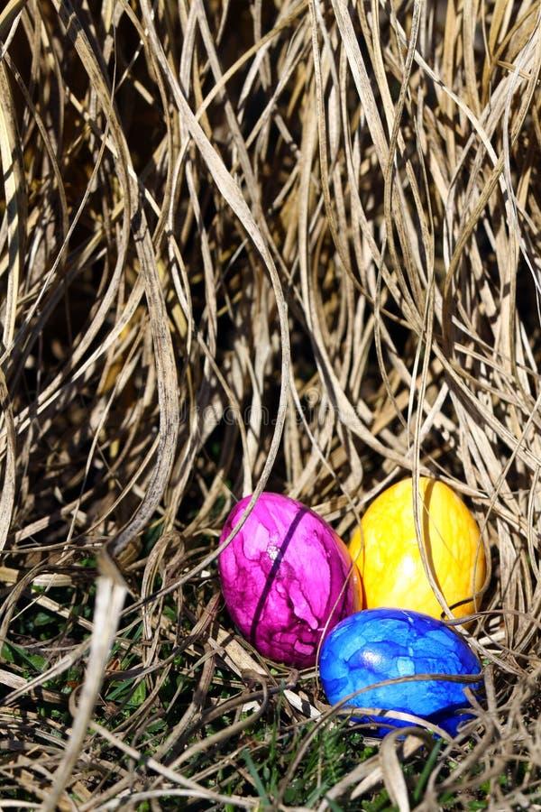 Drei Ostereier im Gras lizenzfreie stockfotografie