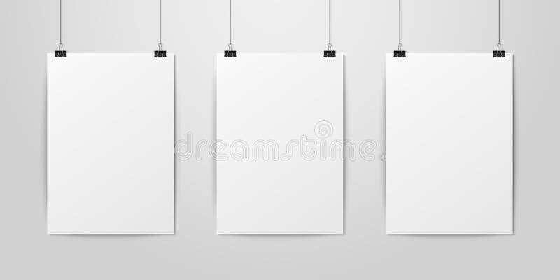 Drei Papier-Plakat der Vektor-stellte das realistische weiße leere Vertikalen-A4, das an einem Seil mit Mappen-Klipp hängt, auf w stock abbildung
