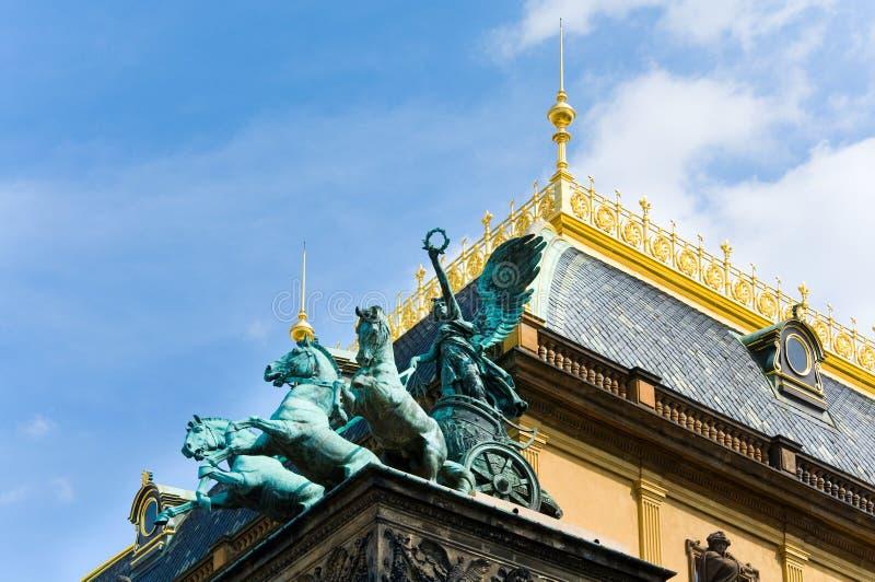Drei Pferd Chariot auf Prag-Nationaltheater lizenzfreie stockbilder