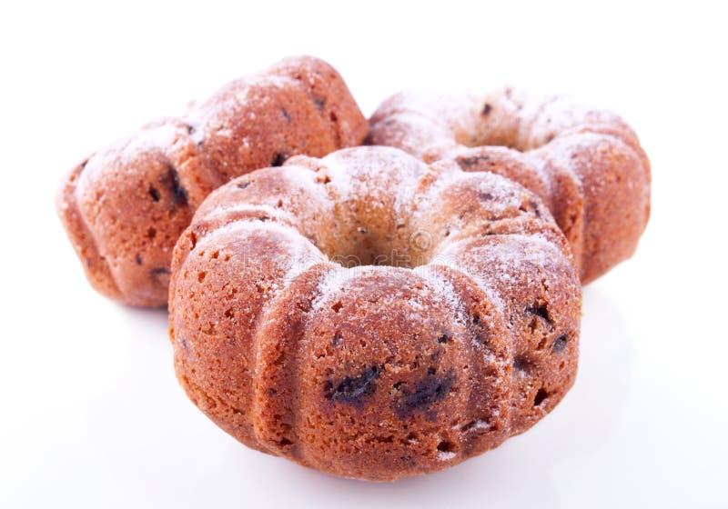 Drei pulverisierten leckere Kuchen mit Rosinen lizenzfreies stockfoto