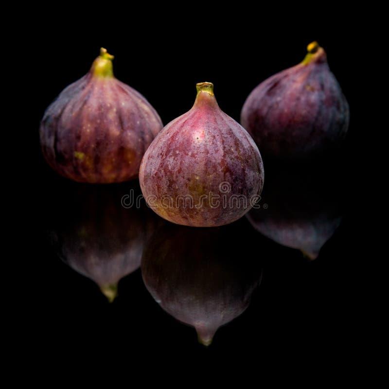 Drei reife purpurrote Feigefrüchte stockfoto