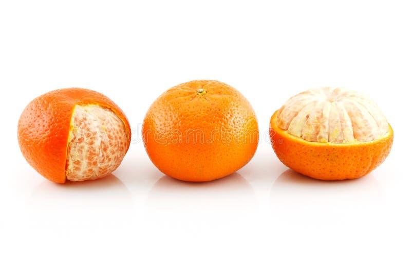 Drei reife Tangerine-Früchte getrennt auf Weiß lizenzfreie stockfotos