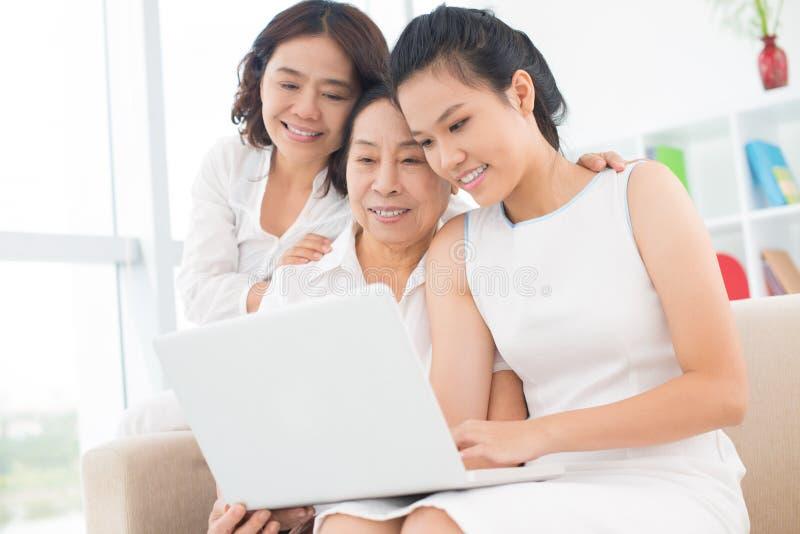 Drei reizende asiatische Frauen lizenzfreies stockfoto