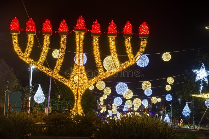 Drei Religionen beleuchten Verzierungen in der deutschen Koloniendekoration für die Feiertage, in Haifa, Isr lizenzfreies stockbild