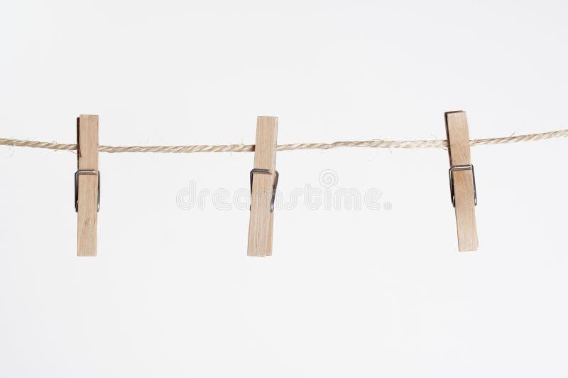 Drei Rohrschellen für die Wäscherei, die an einer Zeichenkette hängt stockfotografie