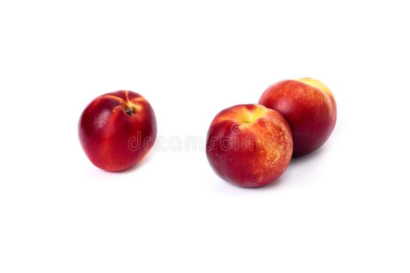 Drei rote kahle Pfirsiche auf weißem Hintergrund Rote Farbe der Pfirsichnahaufnahme lizenzfreie stockfotos