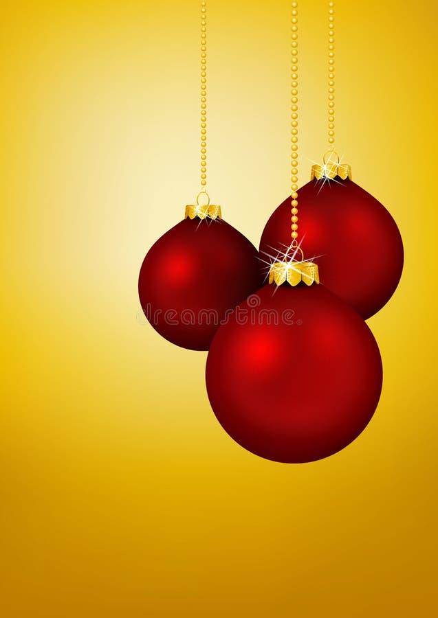Drei rote Weihnachtsbälle, die vor gelbem Gold hängen lizenzfreie abbildung