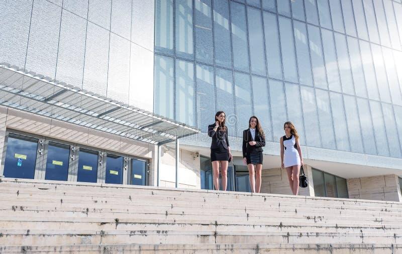 Drei schön, hübsche Geschäftsfrau vor einem modernen Gebäude lizenzfreie stockfotografie
