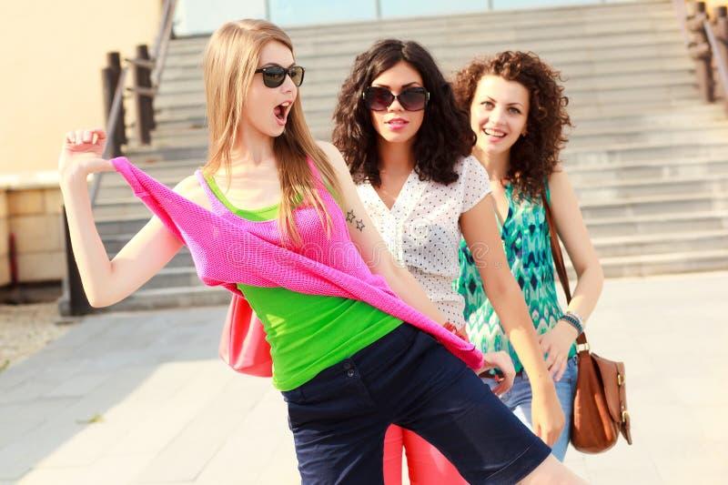 Drei schöne Frauen, die Spaß lachen und haben stockfotografie