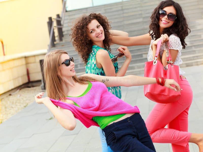 Drei schöne Frauen, die Spaß lachen und haben stockbilder