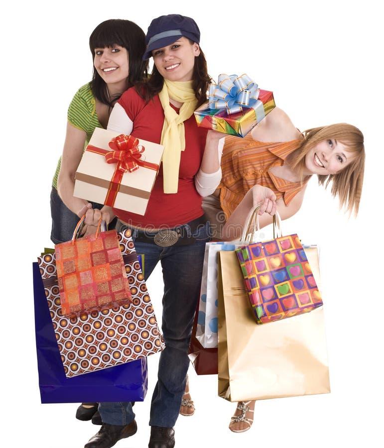 Drei schöne Freundinnen genießen zu kaufen. lizenzfreie stockfotos