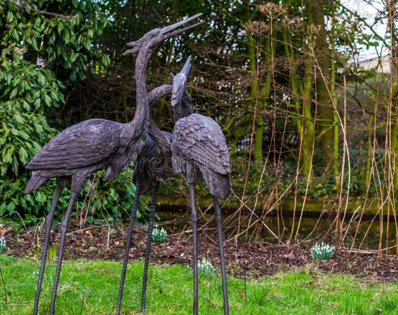 Drei schöne Vogelstatuen in einem Garten, Hinterhofdekorationen, Gärten in der japanischen Art stockfotos