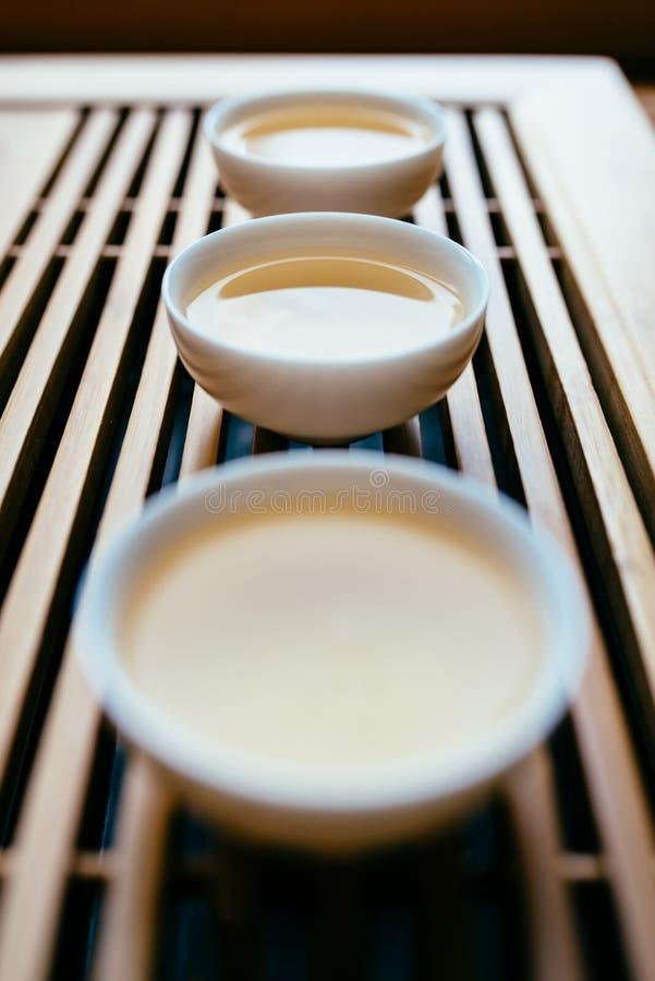 Drei Schalen chinesischer Tee auf dem Tisch für die Teezeremonie lizenzfreie stockfotos