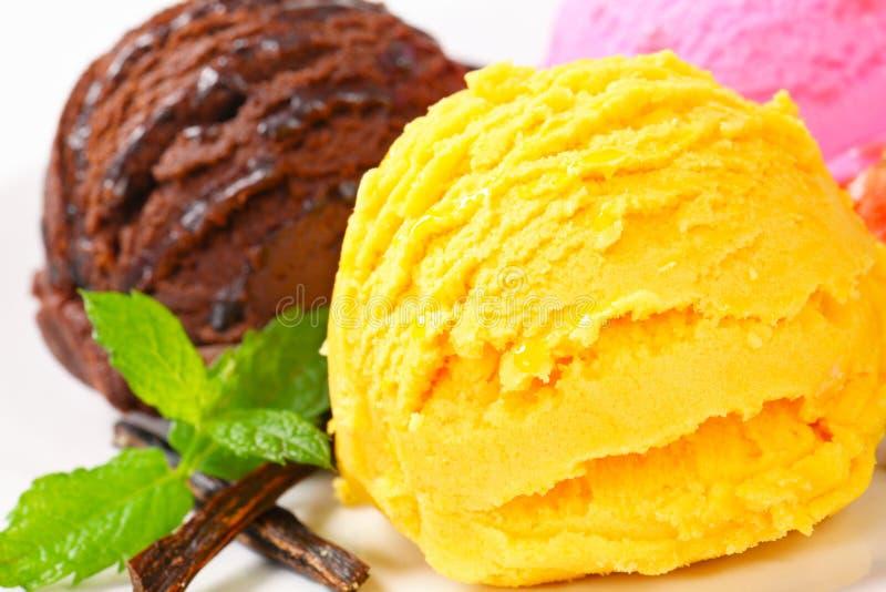 Drei Schaufeln Eiscreme lizenzfreies stockbild