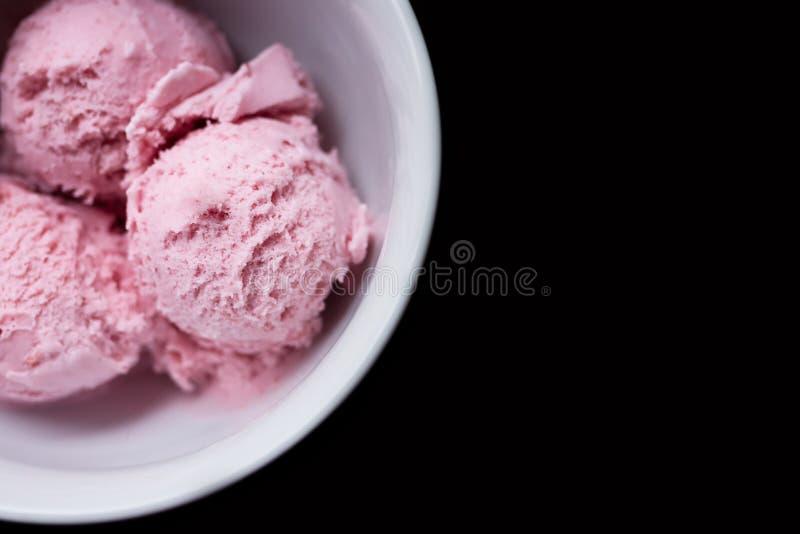 Drei Schaufeln rosa Erdbeereis im weißen Bogen stockbilder