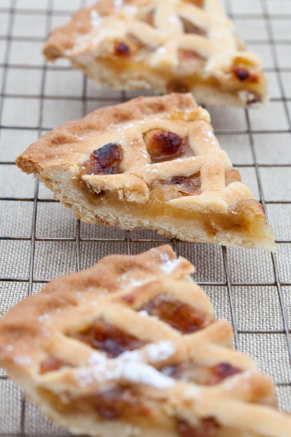 Drei Scheiben frisch gebackener Apfelkuchen stockfotos