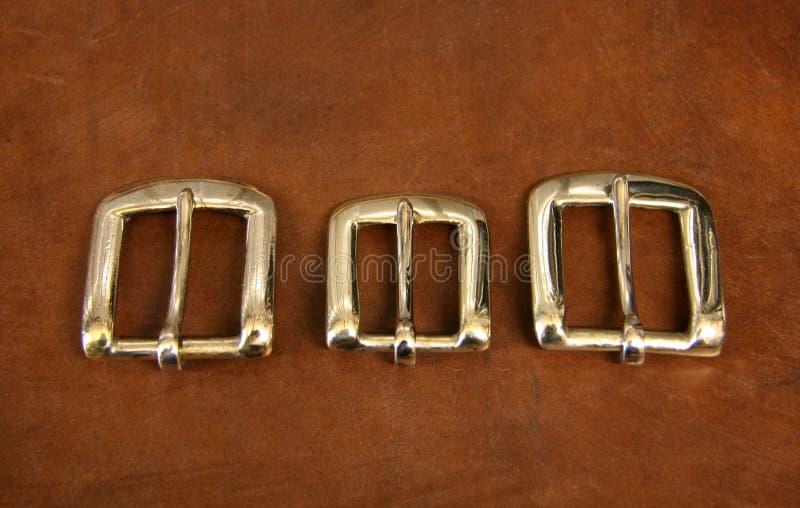 Drei Schnallen auf Leder stockbilder