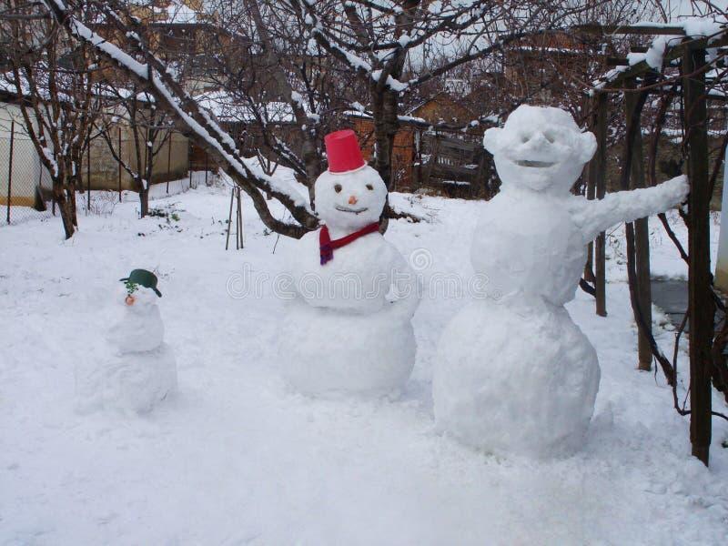 Drei Schneemänner stockfotografie