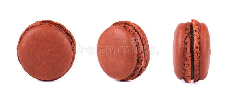 Drei Schokolade macarons lokalisiert auf weißem Hintergrund stockfotos