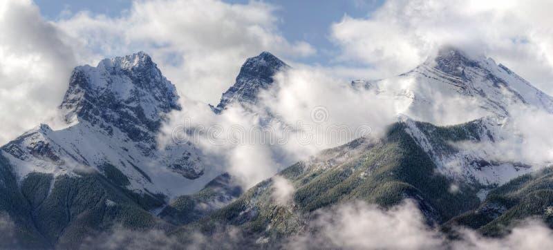 Drei Schwestern, die durch die Wolken spähen stockfotos