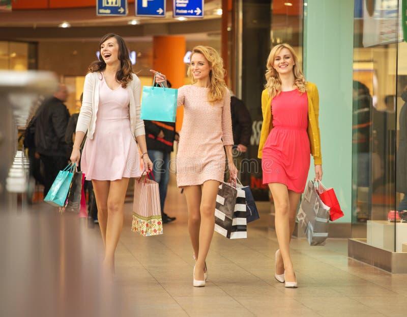 Drei selbst--cofident Freunde auf dem Einkaufen stockfoto