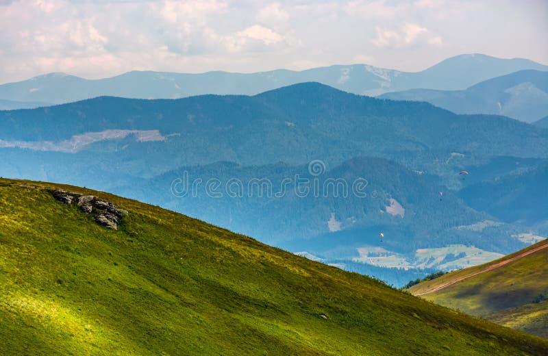 Drei Skydivers fliegen über das Tal stockbilder