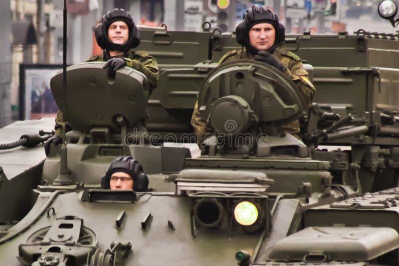 Drei Soldaten auf gepanzerten Fahrzeugen, auf Stadtstraßen, Straßensi lizenzfreie stockfotografie